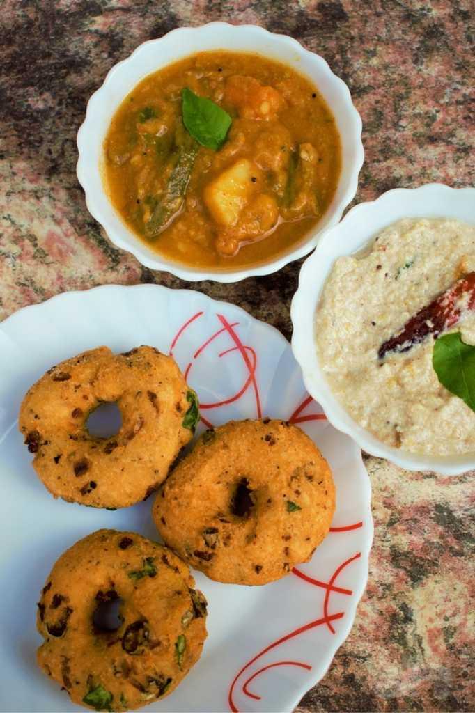Uzhunnu Vada - Medu Vada Recipe - Medu Vada with chutney and sambar